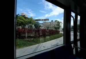 VLT sai da Praça Mauá, segue pela Avenida Rio Branco, beirando a Cinelândia, e termina no Aeroporto Santos Dumont Foto: Custódio Coimbra / Agência O Globo