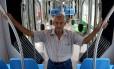 Motorneiro da antiga, Manoel dos Santos faz viagem no novo VLT