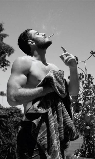 No clique de Doug Inglish, Marco Pigossi aparece sem camisa (afinal, ele tem que mostrar seu esforço na academia) e fumando Doug Inglish