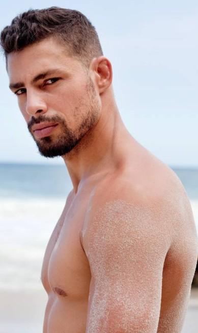 Para Cristiano Madureira, Cauã também mostrou sua versão sem camisa e sujo de areia Cristiano Madureira