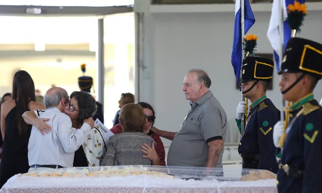 Parentes e amigos participam do velório do ex-governador Jarbas Passarinho na Paróquia Oratória do Soldado, no setor militar urbano em Brasília Foto: Michel Filho / Agência O Globo