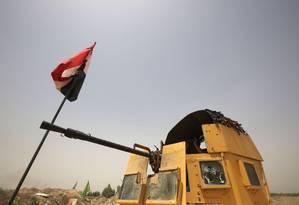 Integrantes das forças iraquianas monitoram a linha de frente perto da vila de al-Azraqiyah, a Noroeste de Faluja, neste domingo: cidade está sitiada em ofensiva do governo do Iraque para tentar retomar a cidade, primeira a cair nas mãos do Estado Islâmico em 2014 Foto: AFP/AHMAD AL-RUBAYE