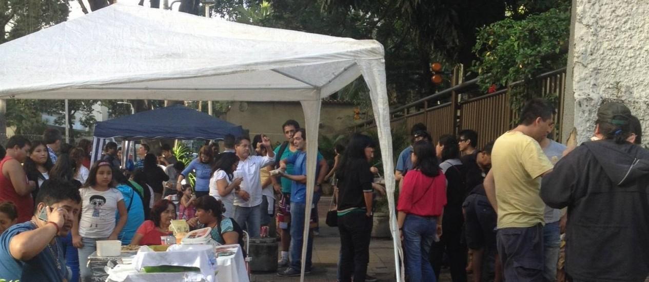 Peruanos montam barracas com comídas típicas na porta de local de votação em Botafogo, no Rio Foto: Marina Gonçalves