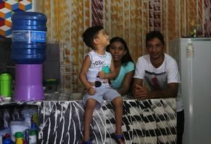 """Expectativa. Denilson, de 4 anos, com os pais Maria e Domingos: """"É muito difícil ver o filho da gente na lista de espera"""", diz o agricultor sobre o menino, que aguarda um coração Foto: Michel Filho / Agência O Globo"""