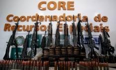 Fuzis recolhidos em operação no Morro do Chapadão, em Costa Barros: maioria das armas desse tipo apreendidas é de origem estrangeira Foto: Pedro Kirilos / Agência O Globo