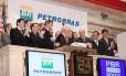 Outros tempos. Dirigentes da Petrobras encerram pregão na bolsa de Nova York comemorando o sucesso da oferta secundária de US$ 70 bilhões em ações