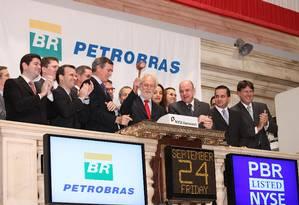 Outros tempos. Dirigentes da Petrobras encerram pregão na bolsa de Nova York comemorando o sucesso da oferta secundária de US$ 70 bilhões em ações Foto: Ben Hider/AFP/24-9-2010