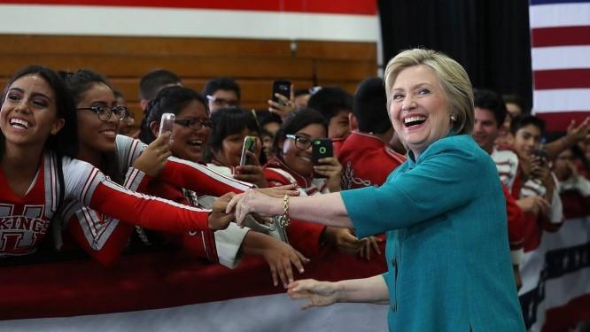 Em campanha. Hillary cumprimenta estudantes em uma escola na Califórnia no fim de semana: ex-secretária de Estado é a favorita nas prévias Foto: AFP/JUSTIN SULLIVAN
