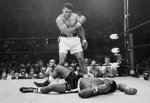 Muhammad Ali se impõe contra Sonny Liston, em maio de 1965: a lenda do boxe também gostava de fazer mágica fora dos ringues Foto: JOHN ROONEY / AP