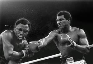 Muhammad Ali acerta um golpe de direita em Joe Frazier na terceira luta entra ambos, que ficou conhecida como 'Thrilla in Manila', nas Filipinas Foto: MITSUNORI CHIGITA / AP