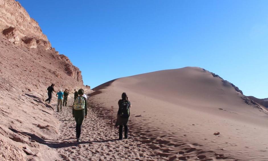 Turistas caminham pelo Valle de la Luna, no Atacama, no Chile Foto: Fábio Vasconcellos