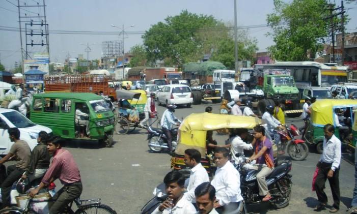 Trânsito caótico em Nova Delhi, na Índia Foto: Sandra Cohen / Agência O Globo