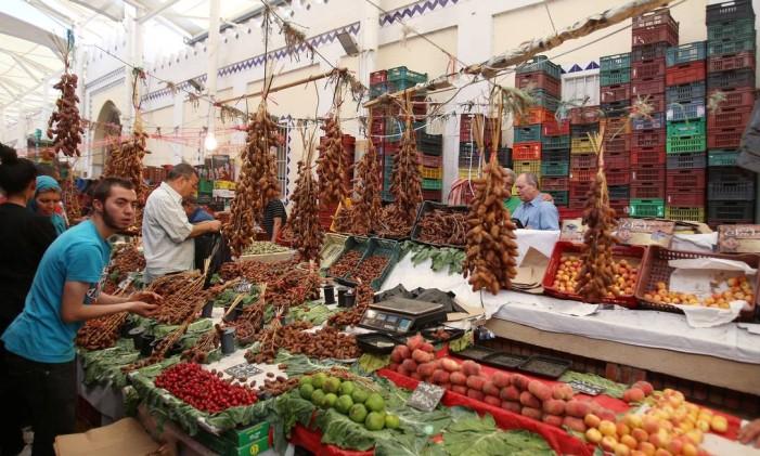 Mercado no centro da Tunísia, no primeiro dia de Ramadã Foto: ZOUBEIR SOUISSI / REUTERS