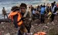 Refugiados chegam à ilha grega de Lesbos após perigosa travessia marítima
