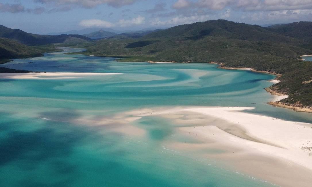 Whitehaven Beach, que fica em Whitsunday Island, é considerada uma das praias mais bonitas da Austrália Foto: Léa Cristina