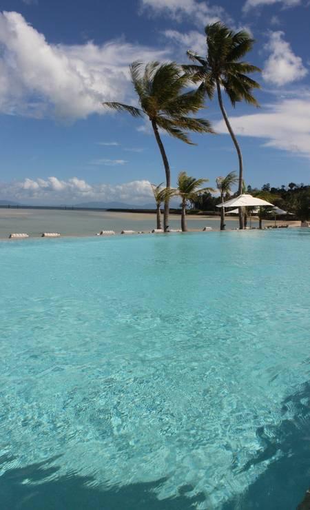Piscina do hotel tem o mar como pano de fundo Foto: Léa Cristina
