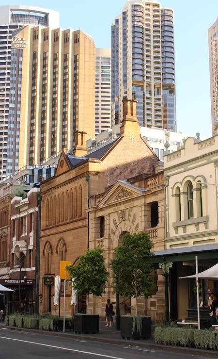 Os predinhos de até quatro andares do bairro The Rocks em contraste com os arranha-céus do Centro de Sydney Foto: Léa Cristina