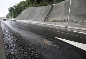 Poucos dias depois da sua inauguração, o novo Elevado do Joá já apresenta buracos no asfalto Foto: Pablo Jacob / Agência O Globo