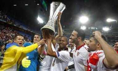 Mariano ergue o troféu da Liga Europa com seus companheiros de Sevilla: ida encaminhada para o Barcelona Foto: Ruben Sprich / REUTERS