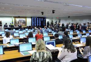 Deputados na sessão da Comissão de Constituição e Justiça que votou parecer sobre PEC que cria cotas para mulheres no Legislativo Foto: Gustavo Lima / Agência Câmara