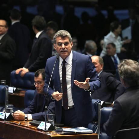 O senador Romero Jucá (PMDB-RR) se defende no plenário do Senado Foto: Jorge William / Agência O Globo / 7-6-2016