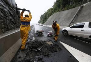 Operários trabalham para tapar buraco no asfalto do novo Elevado do Joá Foto: Pablo Jacob / Agência O Globo
