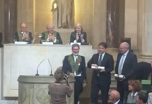 O diretor-geral do Impa, Marcelo Viana (em pé, no centro), recebendo prêmio Foto: Fernando Eichenberg / Agência O GLOBO