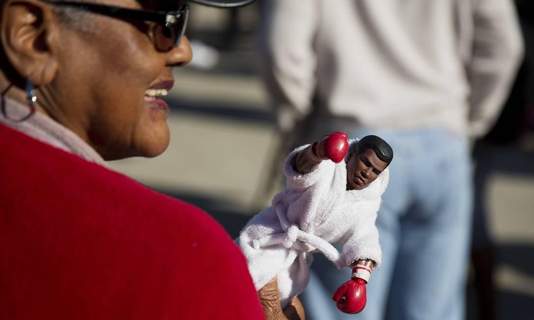 Barbara Hillman, de Louisville, mostra o boneco de Muhammad Ali que leva com ela: fã do tricampeão mundial de boxe, morto aos 74 anos na sexta-feira passada David Goldman / AP