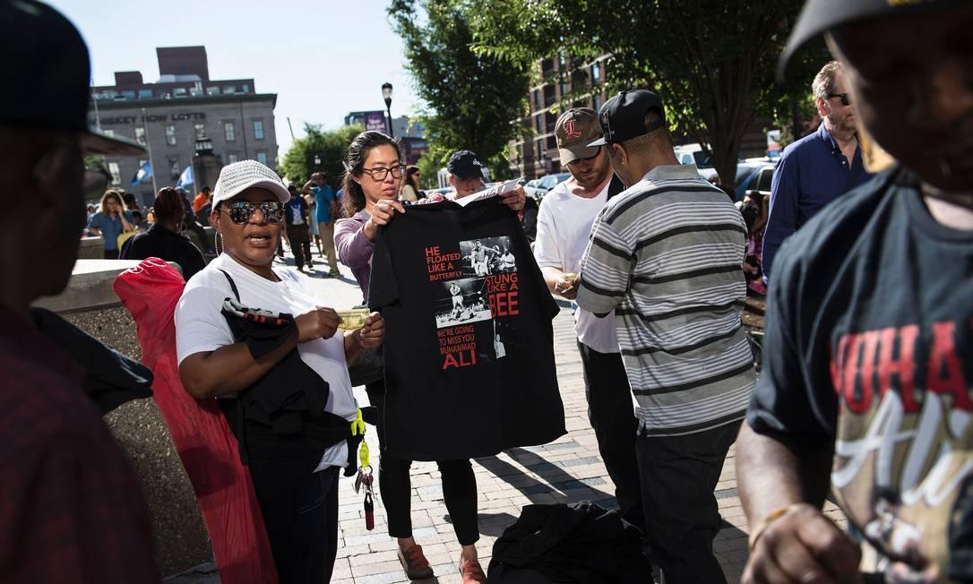 Dez guichês distribuiam gratuitamente quatro ingressos por pessoa para o funeral de Muhammad Ali: concentração de fãs foi grande BRENDAN SMIALOWSKI / AFP