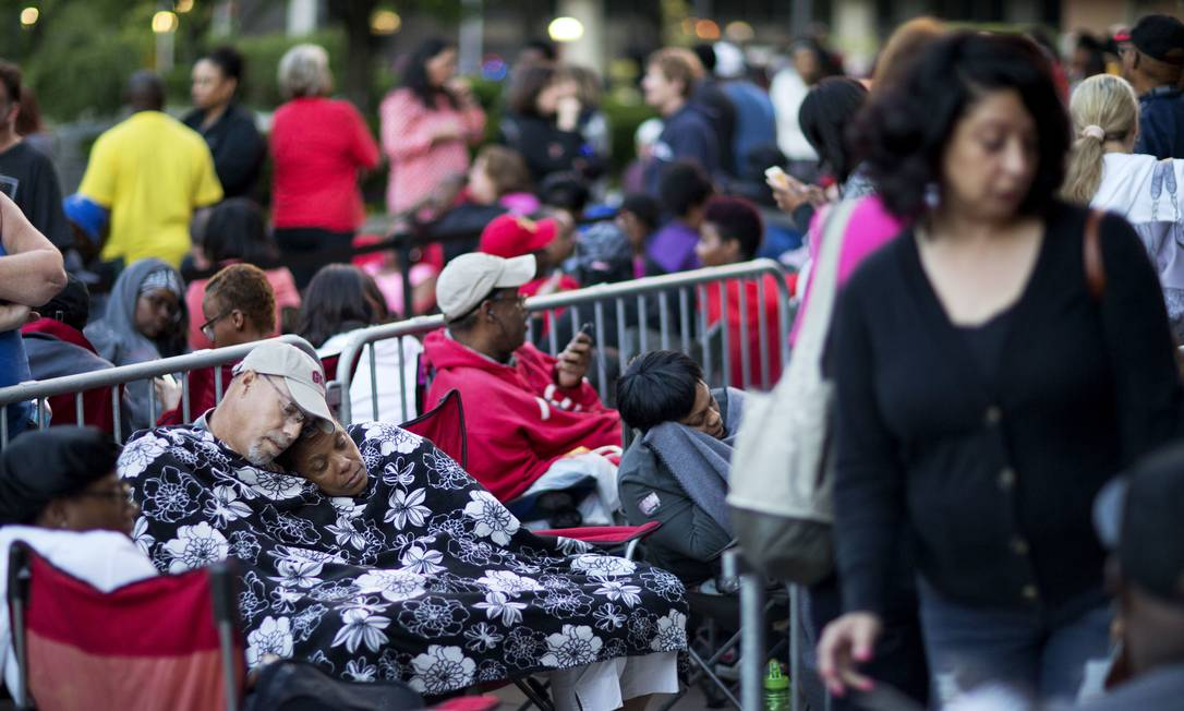 A espera pela vez paraconseguir ingresso deixou fãs de Ali cansados, mas não desanimados: desejo é despedir-se do ídolo em grande estilo David Goldman / AP