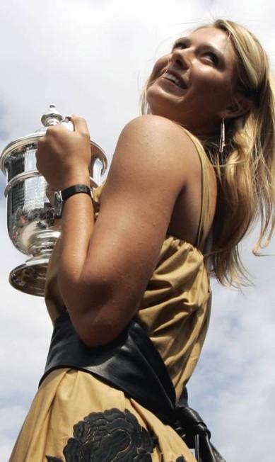 Maria Sharapova, musa do tênis, não é só bela: na foto ela faz pose com a taça conquistada no US Open de 2006, quando tinha 19 anos Elise Amendola / ,
