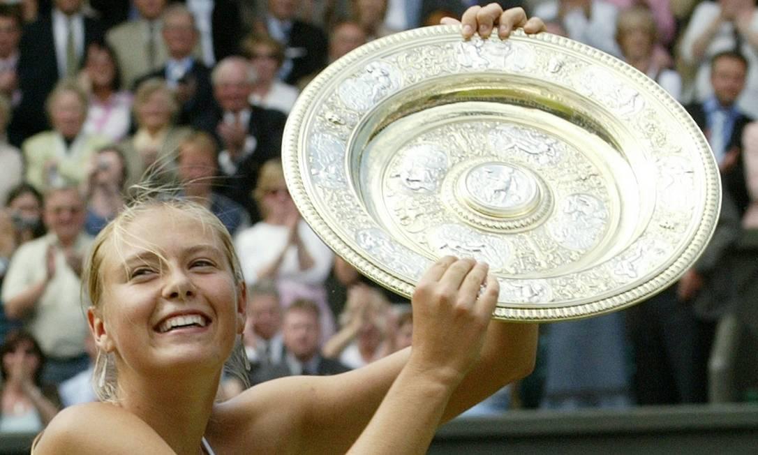 Maria Sharapova com a bandeja de campeã em Wimbledon, quando derrotou na final Serena Williams, em 2004 Anja Niedringhaus / AP