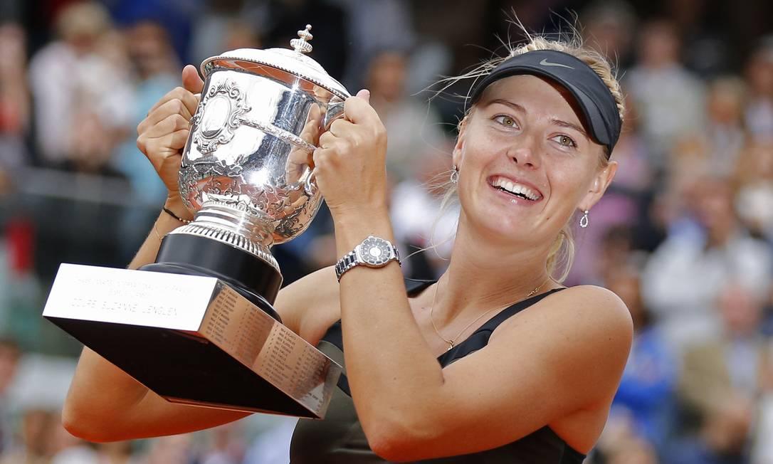 Sharapova exibe o troféu de campeã em Roland Garros em 2012: russa já foi número 1 do mundo Michel Euler / AP