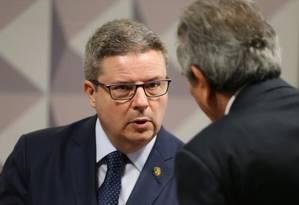 O relator Antônio Anastasia fala com o presidente da Comissão do Impeachment, Raimundo Lira Foto: Aílton de Freritas/O Globo