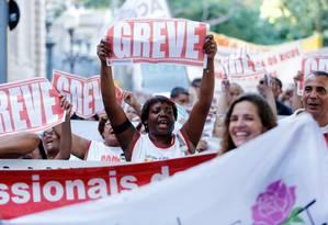 Manifestação reuniu milhares de servidores em greve em frente ao Palácio Guanabara Foto: Thiago Freitas 06-04-2016 / Agência O Globo