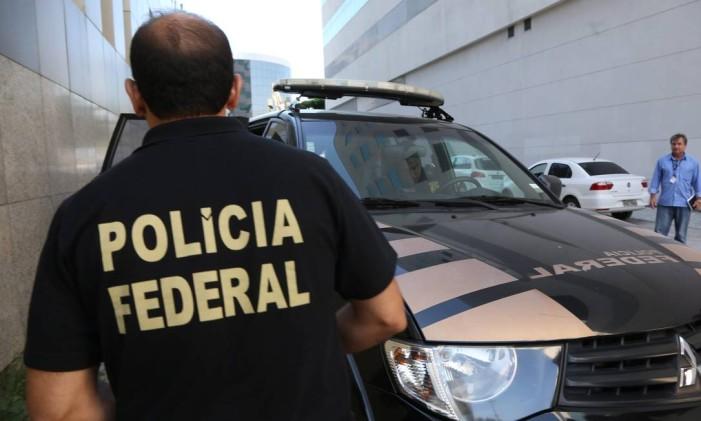 Agente da Polícia Federal durante buscas Foto: Custódio Coimbra / Agência O Globo / 7-4-2016