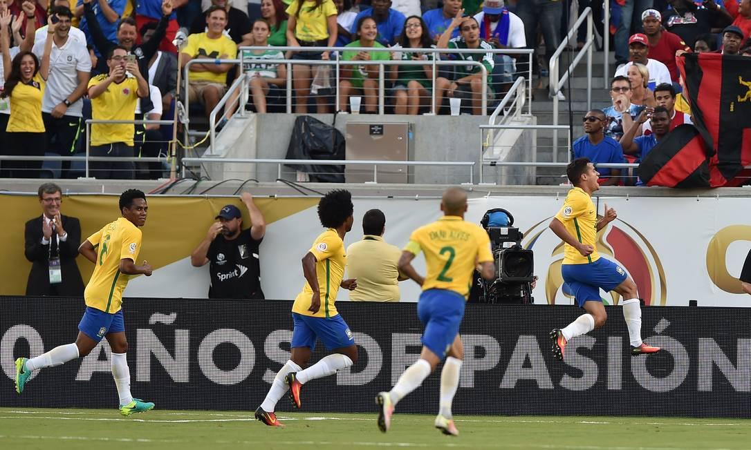 Philippe Coutinho pula ao comemorar o gol que abriu o placar para o Brasil contra o Haiti HECTOR RETAMAL / AFP