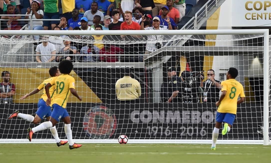 Philippe Coutinho, à esquerda, comemora o primeiro gol do Brasil diante do Haiti HECTOR RETAMAL / AFP