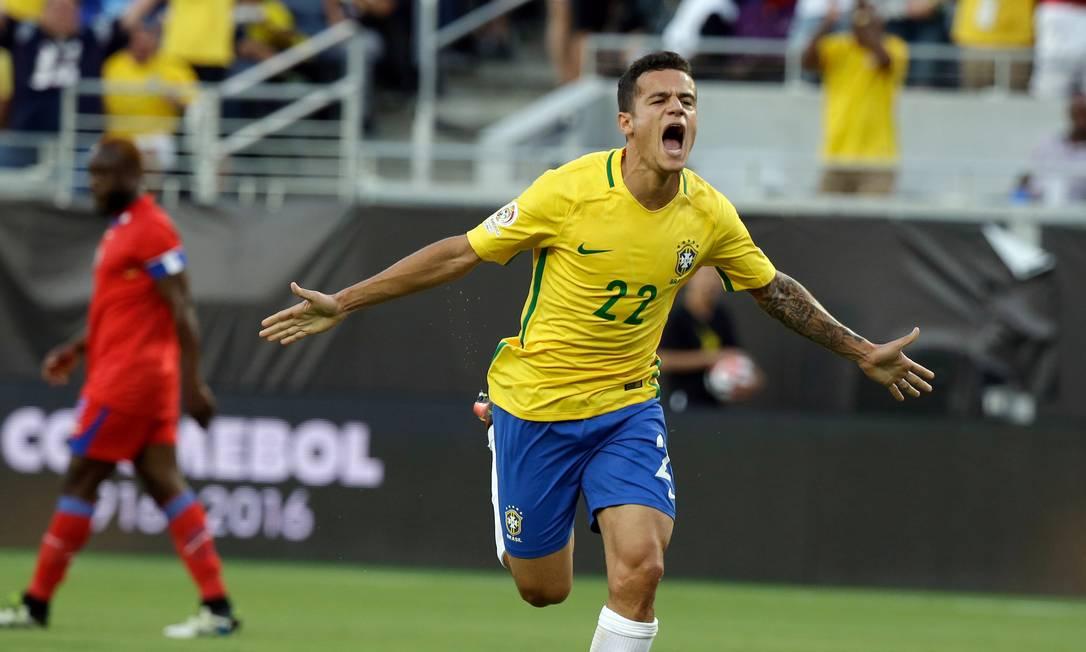 Philippe Coutinho comemora um de seus gols na vitória brasileira sobre o Haiti John Raoux / AP