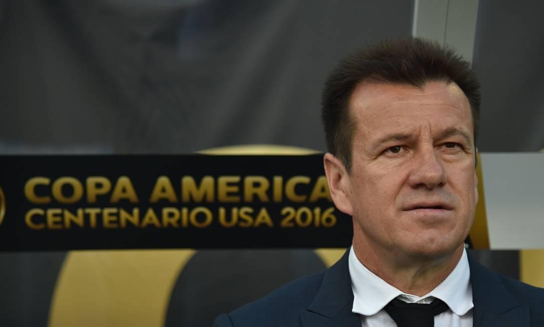 O técnico Dunga observa a partida contra o Haiti, pela Copa América HECTOR RETAMAL / AFP