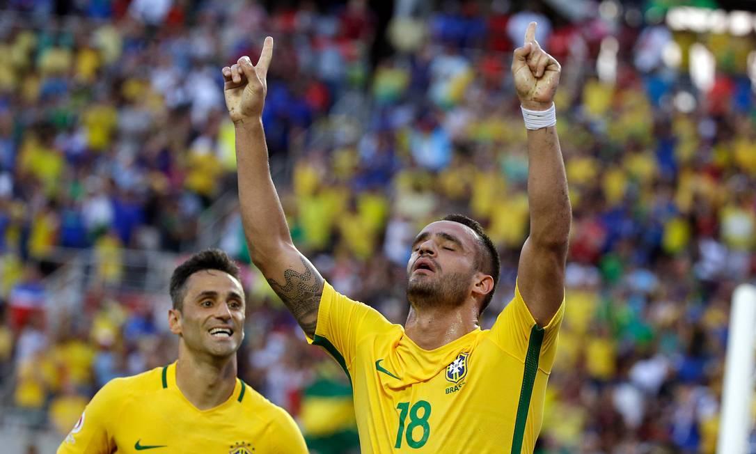 Renato Augusto comemora gol pela seleção brasileira John Raoux / AP