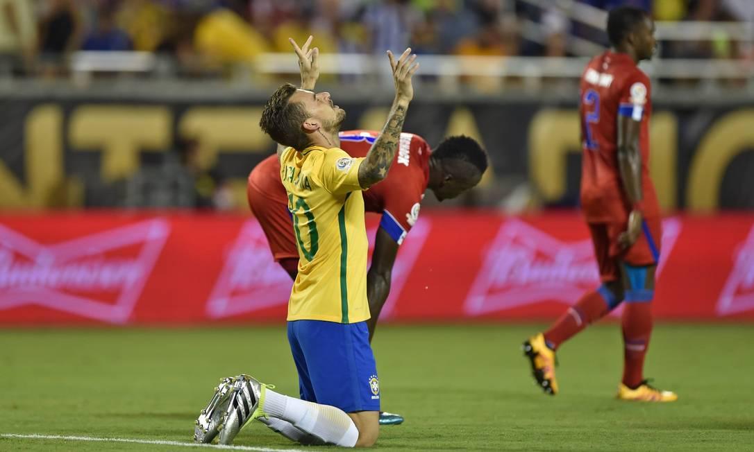Lucas Lima se ajoelha no gramado depois de fazer o quinto gol do Brasil HECTOR RETAMAL / AFP