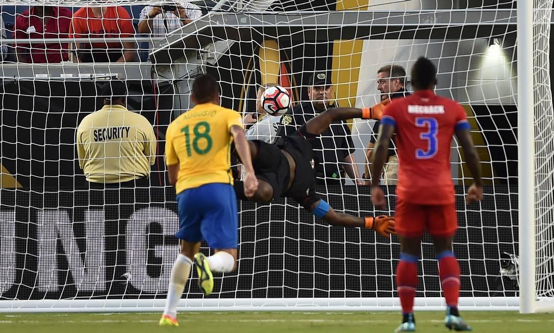Renato Augusto, número 18, marca um de seus dois gols no passeio brasileiro contra o Haiti HECTOR RETAMAL / AFP