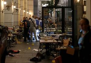 Policiais israelenses inspecionam restaurante após atentado no centro de Tel Aviv Foto: BAZ RATNER / REUTERS
