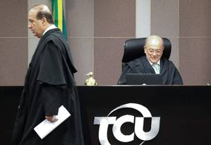 O ministro Augusto Nardes passa pelo presidente do TCU, ministro Aroldo Cedraz, durante sessão para julgamento das contas de 2014 do governo Dilma Foto: André Coelho / Agência O Globo