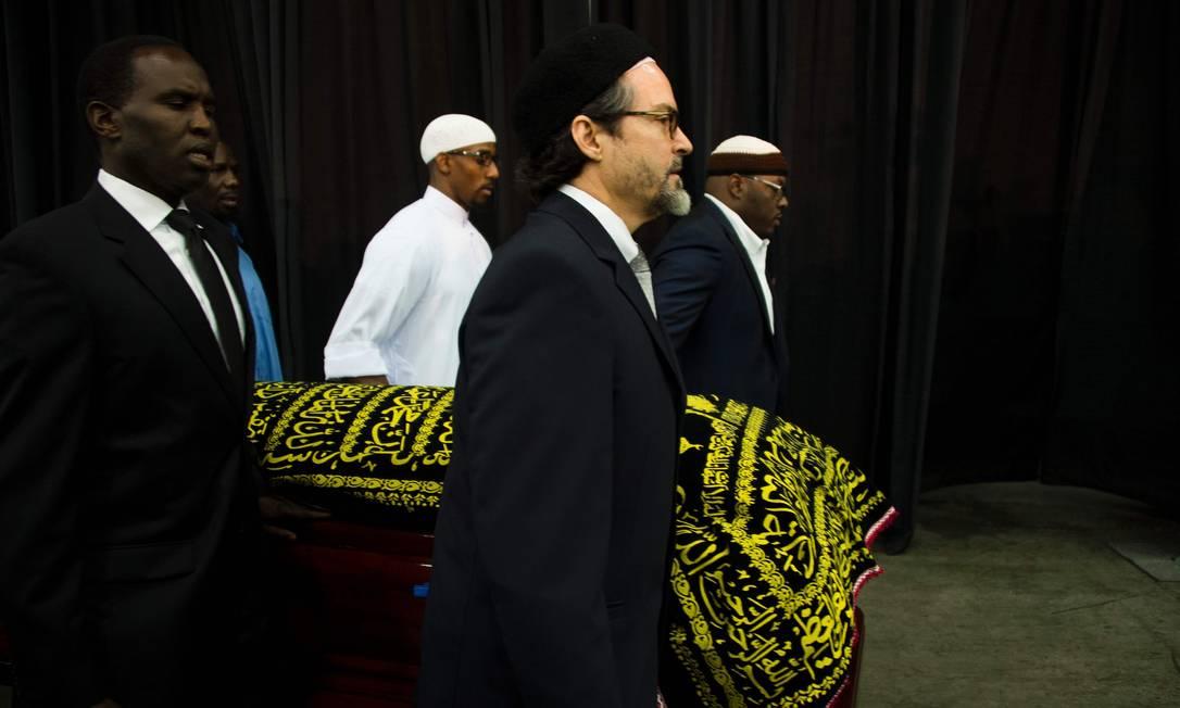 O corpo foi recebido para a cerimônia do Jenazah, o funeral nas tradições muçulmanas. Muhammad Ali se converteu ao Islã na década de 1960 JIM WATSON / AFP