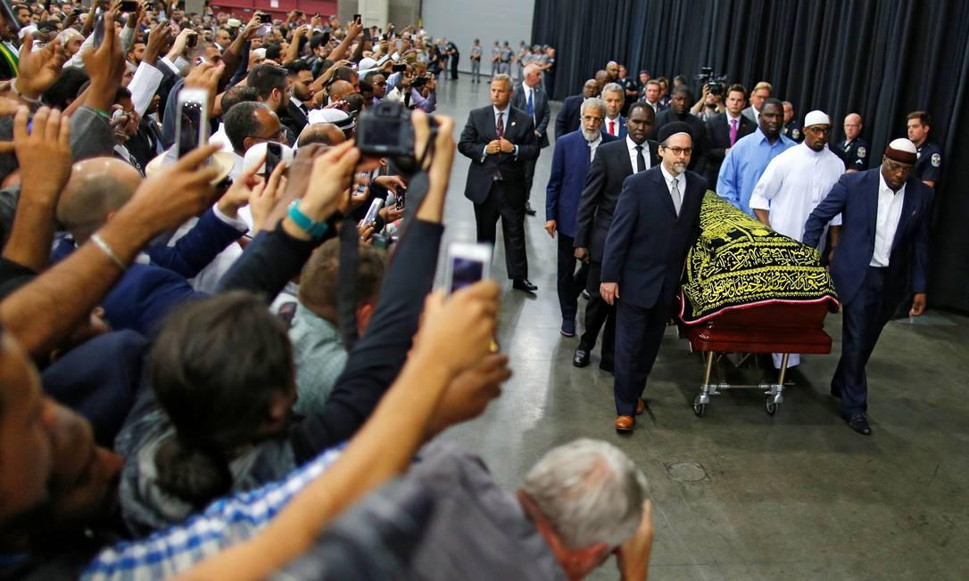 Corpo do ex-boxeador Muhammad Ali chega para o funeral em Lousvilla, sua cidade natal nos EUA, nesta quinta-feira CARLOS BARRIA / REUTERS