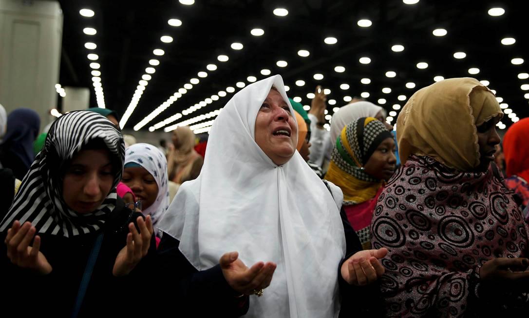A muçulmana Nahed Ahmed Zeead, ao centro, faz orações na cerimônia em memória de Muhammad Ali LUCY NICHOLSON / REUTERS