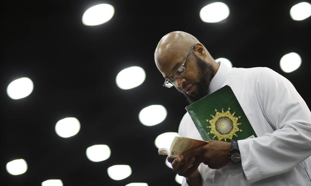 Saayfullaah Ali faz uma oração na cerimônia religiosa no Freedom Hall David Goldman / AP