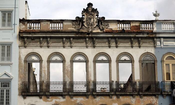 Fachada no terreno na Praça Tiradentes. Outro imóvel que o governo do Rio vai vender Foto: Gabriel de Paiva / Agência O Globo